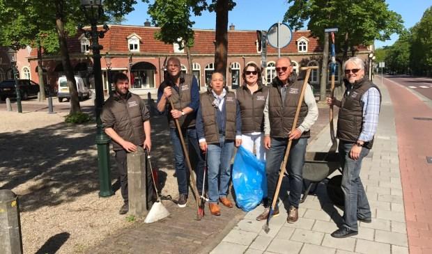 Het bestuur van de Vrienden van het Kerkplein en de onderhoudscommissie maakten afgelopen maandagochtend een start met het onderhoudsprogramma.