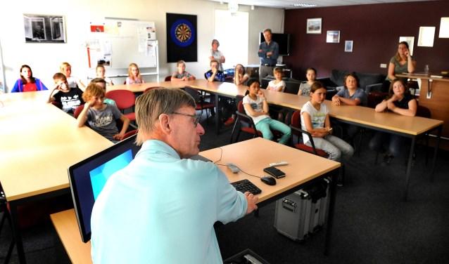 Eddy ten Broeke geeft verkeersles aan de kinderen. foto: Roel Kleinpenning