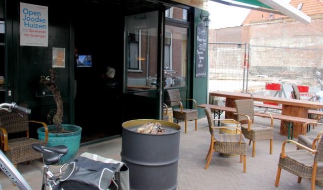 In café Street had historicus Dirk van der Meer over de Joodse families die in de naastgelegen, onlangs gesloopt, panden woonden. Foto: Eveline Zuurbier