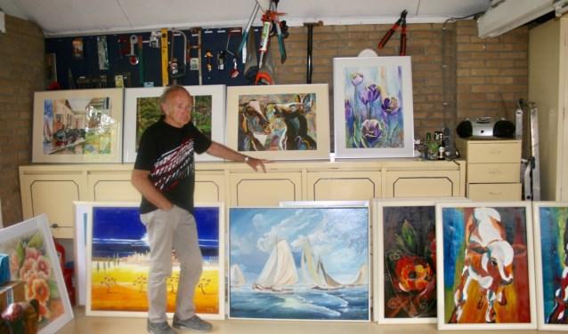 Bert van Leur tussen enkele van zijn vele schilderijen.