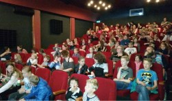 Plus Edwin en Astrid Holtrop en Plus Renkum gingen met 250 kinderen naar de Smurfenfilm.