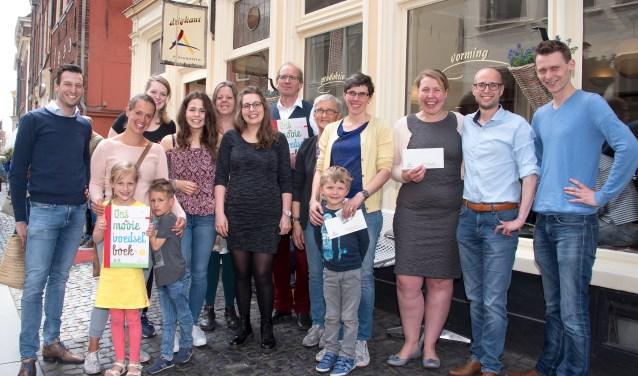 Marijn Smit (rechts) deelde zaterdag prijzen uit aan trouwe klanten van Driekant Ambachtscentrum.