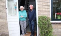 Broer en zus At en Dineke van Schooten weten zich nog vele details te herinneren, Dineke heeft een goed fotografisch geheugen