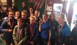 Het winnende team FC Pijler met wethouder sport  Marijke van Beukering na het in ontvangst nemen van hun welverdiende medaille. (Foto: jongerenwerk Pulse)