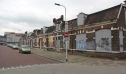 De oude huizen aan de Parallelweg geven geen mooi aanzicht. Ramen en vensters zijn geblindeerd om brandstichting te voorkomen zoals al eerder eens is gebeurd