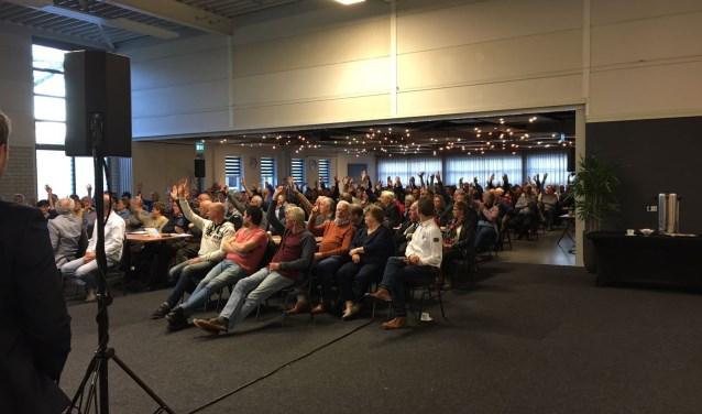 Handen omhoog in het Kulturhus in Wekerom. De meeste mensen overwegen een glasvezelabonnement.