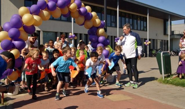 Burgemeester Gregor Rensen geeft in 2016 het startsignaal voor Cyriels Run om zich daarna ook van zijn sportiefste kant te laten zien.