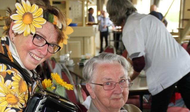 Allround zangeres Merel Gerritsen (Merel Events) uit Losser en accordeoniste Stien Ponds uit Lievelde (gekleed in haar speciale Zonnebloempak) wisten afwisselend de gasten te vermaken.