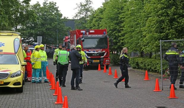 Burgemeester Molkenboer laat zich informeren door de hulpdiensten. Foto: Alex de Kuijper