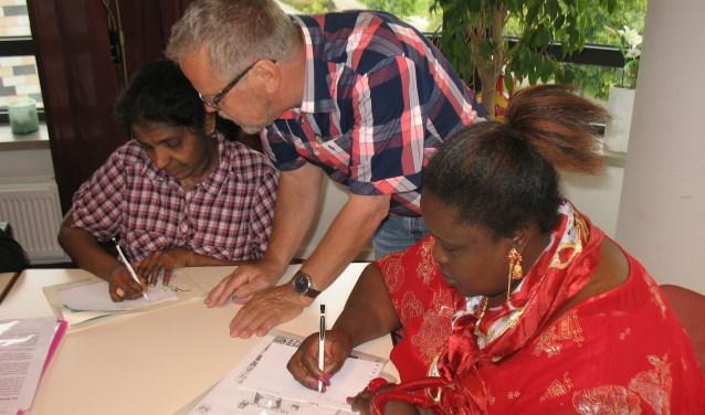 Een groep vrijwilligers helpt vluchtelingen met een verblijfsvergunning om hier een bestaan op te bouwen. De groep zoekt versterking.