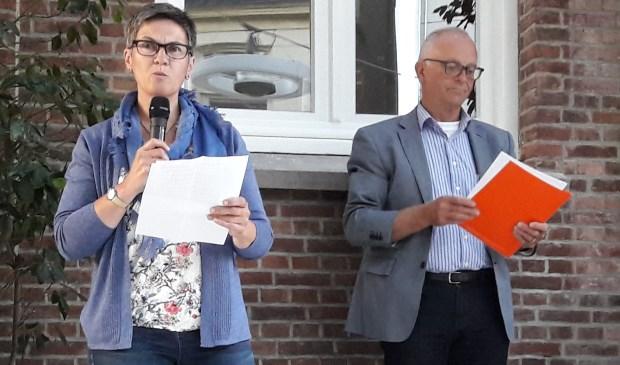 Regine Ryckoort draagt haar winnende verhaal voor. Achter haar juryvoorzitter Gerard Kocx van de bieb.