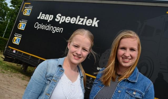 Stephanie Dekkers (links) een Anoek te Hennepe voor een trailer van hun sponsor.