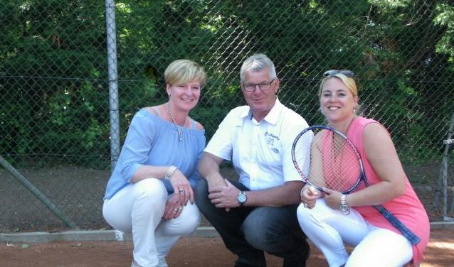 Mirjam van Woudenberg, Wil Koek en Wendy Brand kijken uit naar het 50-jarig jubileumfeest van Tennis Vereniging Boskoop (Foto: Morvenna Goudkade)