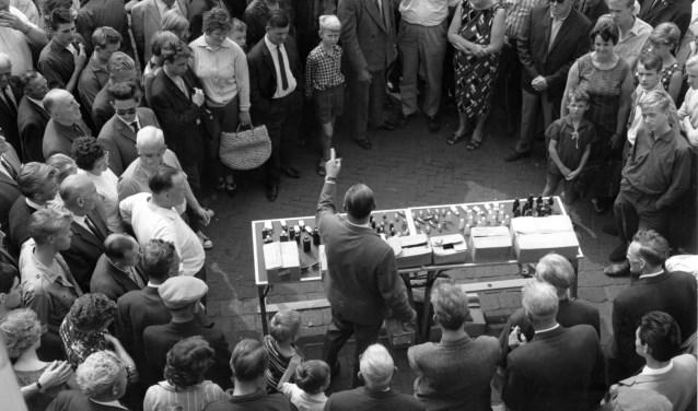 Standwerken is een vak apart. Al vele jaren komen de beste kooplui naar Enschede. Foto: collectie Alice Brusse