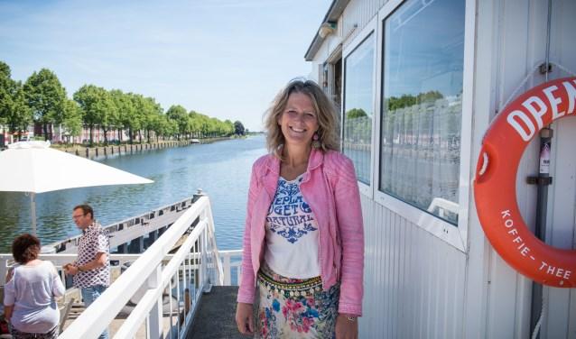 Imke van Dillen liet in 9 maanden tijd de waarde van de lege brugwachtershuisjes zien door er 22 kunstenaars en culturele ondernemers in te huisvesten en te laten zien aan meer dan 2.500 bewoners.