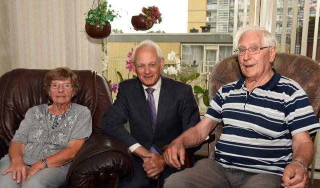 ''Wat een gezellige man is burgemeester Lamers', vond het jubilerende echtpaar Schippers. (Foto: Marius Schinkel, tekst: Kathy Huitema)