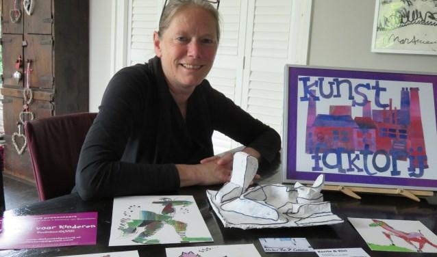 Elise Huijberts van De Kunstfactorij laat alvast een paar voorbeelden zien van de kunstwerken die kinderen kunnen maken tijdens het gratis Kunstfestival in Bennekom a.s. zaterdag.