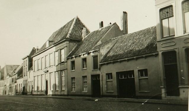 Aan de linkerkant, in het zonlicht, het pand De Twaalf Apostelen. Anno 1937. Foto: Erfgoed 's-Hertogenbosch.