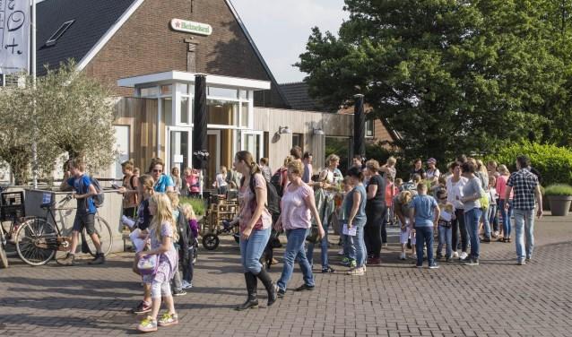 Al veertig jaar wandelen tijdens de avondvierdaagse in Dreumel. (Foto: Henk van Coolwijk)