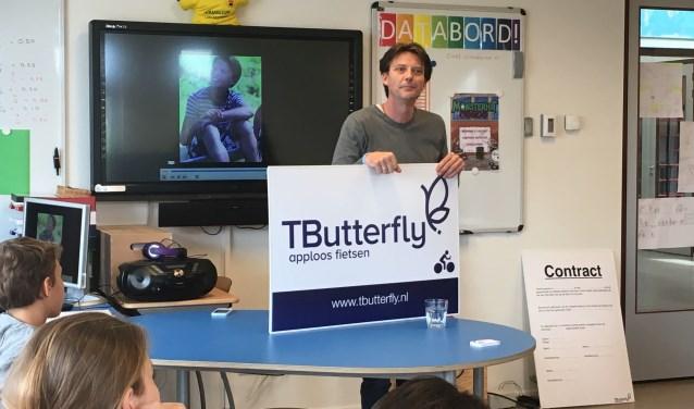 Michael Kulkens van stichting TButterfly vertelt de leerlingen van De Tweemaster in Nigtevecht over de gevaren van appen en bellen in het verkeer.