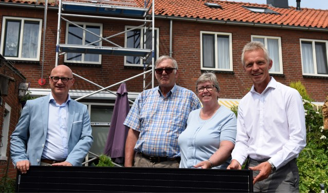 V.l.n.r. wethouder Ed de Leest, de heer en mevrouw Van der Waal en Martin Bogerd, directeur-bestuurder Habeko. Met de plaatsing van de eerste zonnepanelen is een belangrijke stap gezet naar verduurzaming van het woningbezit van Habeko en de ambities reiken verder.
