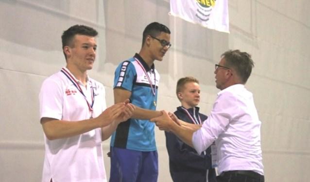 Nikhom Westphal op het erepodium wordt gefeliciteerd met het behalen van de gouden medaille.