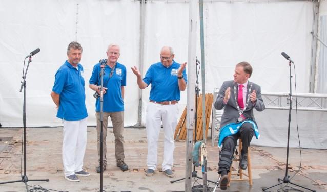 V.l.n.r. Frank Busker, Leendert Spijker, Han Koevoets met burgemeester Christiaan van der Kamp tijdens de officiële opening. Foto: Danny de Vries