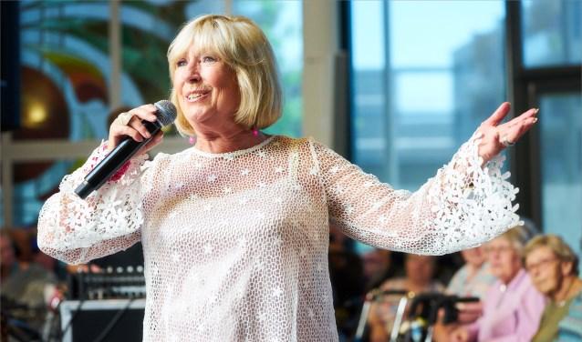 Willeke Alberti zingt voor ouderen in Bennekom. (Foto: Edwin Nieuwstraten)