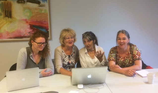Van links naar rechts: Janneke Bazelmans, Annelies Op Heij, Bettine Uhe en Ineke van Engelen inspireren en steunen elkaar bij het creatieve schrijfproces.