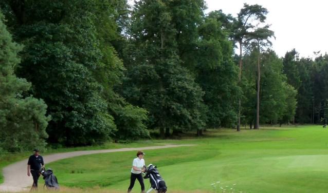 Op de wandelroute Oud Leusden kun je onderweg golfers aan het werk zien. (Foto: Golfclub De Hoge Kleij)