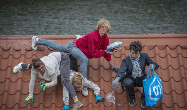 De dansvoorstelling vindt plaats op een schuin dak.