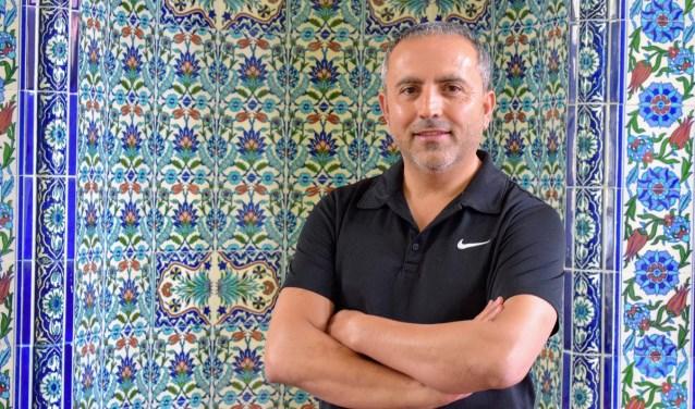 """Voor Mehmet Taskir is de ramadan is nu bijna voorbij. """"Ik vind het een gezellige tijd, want iedere avond eten we met elkaar in de moskee. We hebben het in Nederland overigens wel meest zwaar van de hele wereld: we kunnen maar liefst 18 uur achter elkaar niet eten!"""""""