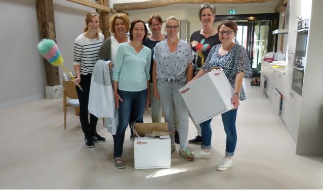 Een deel van het team tijdens het verhuizen, met als derde van links Ramona Peerik en als tweede van rechts Monique Hendriksen. Foto: Franklin Veldhuis