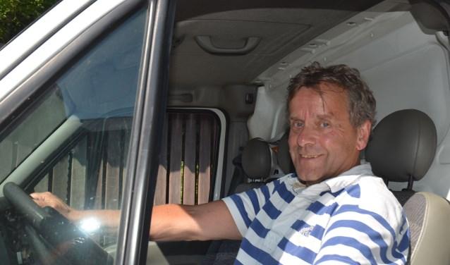 Vrijwilliger Ed van Proosdij brengt de koelwagen terug. Hij heeft er plezier in om met anderen het verschil te kunnen maken. Op een paar plaatsen is nog hulp gewenst. Deze vacatures staan op de site van de voedselbank. (Foto: Ben Blom)
