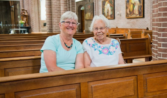 Fransje Cousin (97) op haar vaste plek in de kerk. Samen met vrijwilligster Beppie Peters vertelt zij over het jubileum van 'haar' kerk. (Foto: Maaike van Helmond)