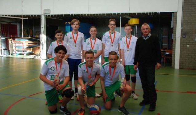 Hans de Groot (rechts) feliciteert in zijn nieuwe hoedanigheid als voorzitter van Vollido team Jongens B2