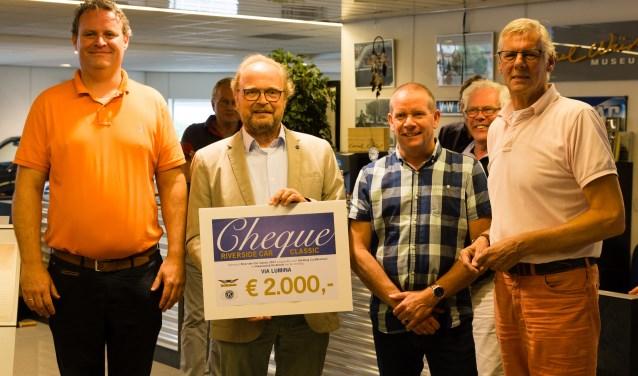 Van links af: Johan Kooij (Kiwanis), Willibrord Weijmar Schulz en Cor Simons (Via Lumina) en Harry Eskes (Riverside Car Classic).