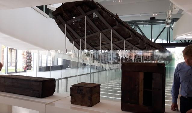 De kajuitwanden zijn teruggeplaatst in het schip. Drie meubelstukken konden na restauratie op 21 juni gepresenteerd worden in Castelllum Hoge Woerd. Nu zijn ze voor het publiek te zien.