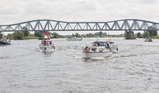 In een bont versierde vloot schepen trotseren jongeren met een beperking de Maas voor een dagtocht naar Heusden.