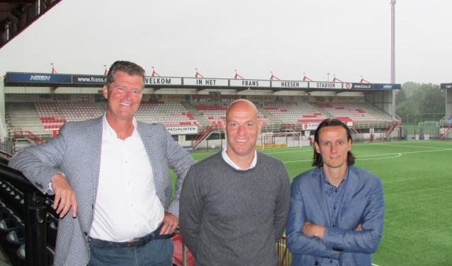 FC Oss directeur Peter Bijvelds (links) met het nieuwe trainersduo op de foto.