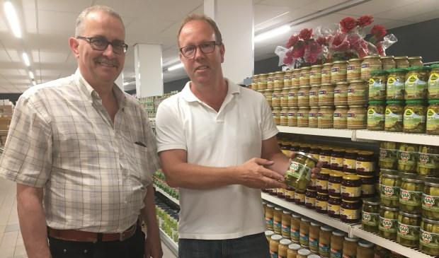 Bedrijfsleider Joop Hoogvorst en Ronald Slijkhuis in de nieuwe vestiging van Budget Food in Zwijndrecht.