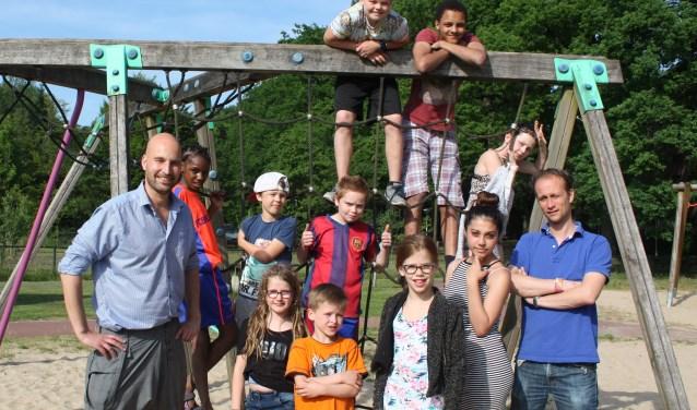 Een aantal kinderen die meedoen aan het muziekproject van de Stichting Toekomstgeluid met hun begeleiders Marcus Krielen (links) en Michiel van de Putte.
