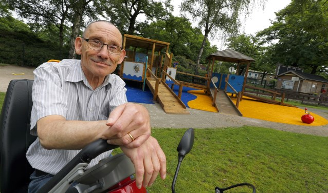 """""""Zolang ik het kan, doe ik het hier,"""" aldus Frans Godfried in speeltuin Philipsdorp. Foto: Bert Jansen"""