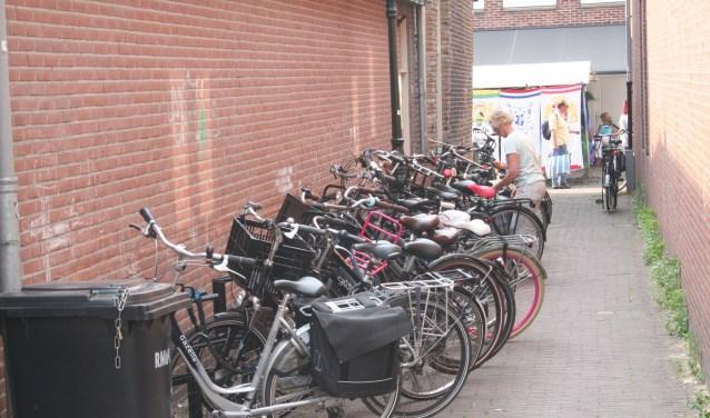Een zijsteegje van de Benschopperstraat waar regelmatig fietsen verdwijnen.