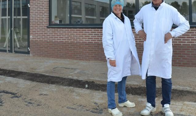 Direct na de shift poseren Cees en Tinka van Leeuwen voor de nieuwbouw. Mede-directeur-eigenaar Rob Hengeveld werkt op dat moment in een ander pand. (Foto: Ben Blom)