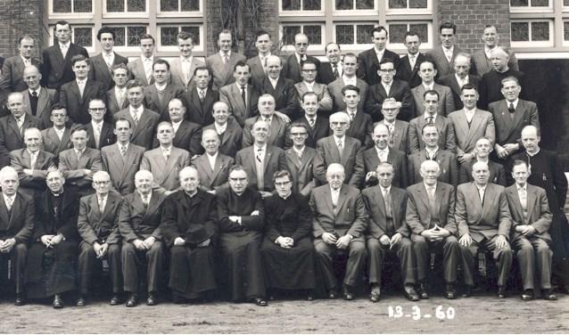In de nieuwe Heertgang staat deze foto uit 1960 van een grote groep Gestelse mensen op retraite in Vught. Wat verbond hen met elkaar?