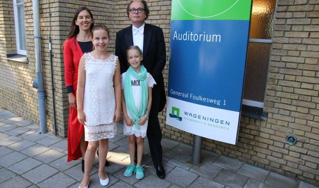 Op de foto Dr. Jansen met vrouw Jacomijn en dochters Nelissa en Corinda na afloop van de plechtigheid (Foto: Reinier van Dijke).