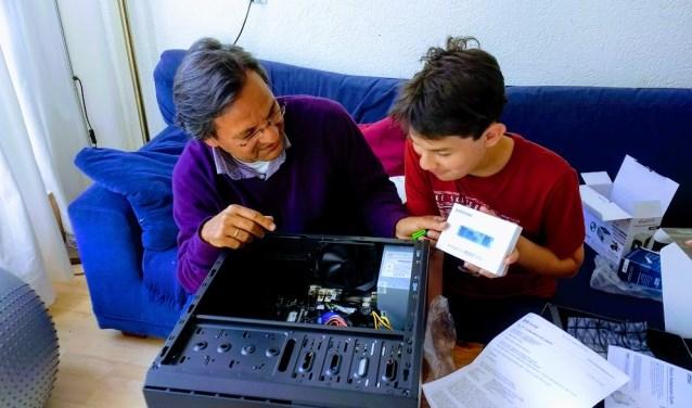Sam bouwt samen met zijn vader een innovatieve Eco-Pro PC. Elke woensdagmiddag is deze mogelijkheid bij Ja-Tech PC.