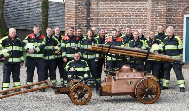 De brandweer Westbroek poseert. De foto is van een paar jaar geleden.