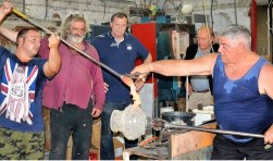 Bernard Heesen en zijn Tsjechische collega Petr Novotny kijken toe hoe de Italiaanse glasblazer Silvano Signoretto aan het werk is. Foto: Mimi van Rossem